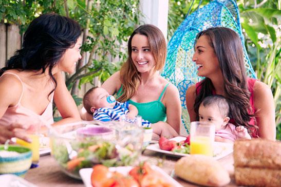 Mammor med bebisar äter mat